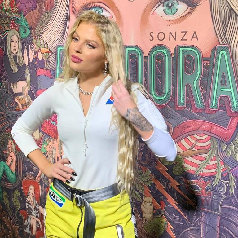 "Luísa Sonza no lançamento de seu primeiro álbum de estúdio, ""Pandora"""