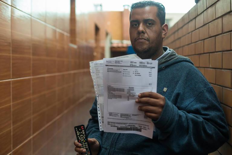 Rafael Alves Paulo conta que a internet trava ou cai o tempo todo, por isso, não consegue assistir a nenhum vídeo completo; ele diz que já reclamou na central da operadora, mas a falha persiste