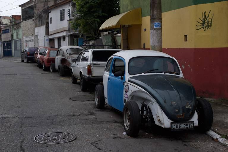 Carros abandonados na região da Vila Carrão (zona leste), na rua Cataldo Amodei