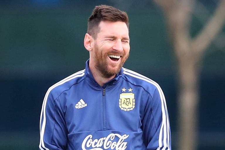 Messi ri durante treino da seleção argentina em preparação para a Copa América
