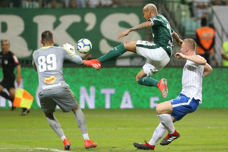 Deyverson dá um toquinho por cima do goleiro Vladimir para marcar o primeiro gol do Palmeiras sobre o Avaí