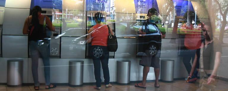 Clientes nos caixas eletrônicos do Banco do Brasil, no centro de Ribeirão Preto