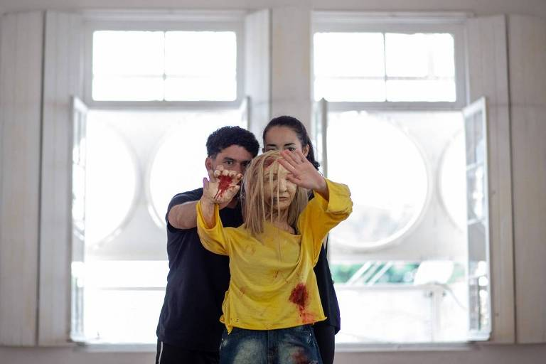Cena de 'Eu em Ti', peça documental que conta história da travesti assassinada Dandara com a ajuda de um boneco