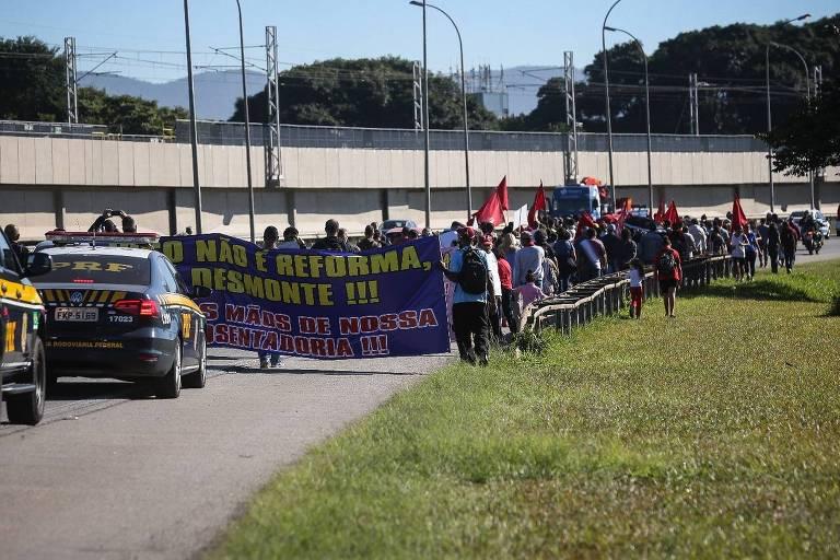 Manifestantes fazem caminhada na avenida Helio Smidt até o terminal 1 do aeroporto de Guarulhos