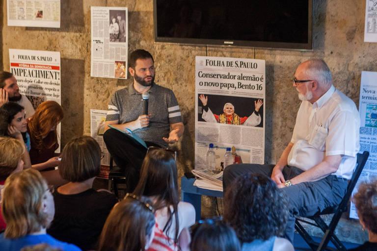 Pessoas ouvem Clóvis Rossi e Sérgio Dávila em conversa na Flip