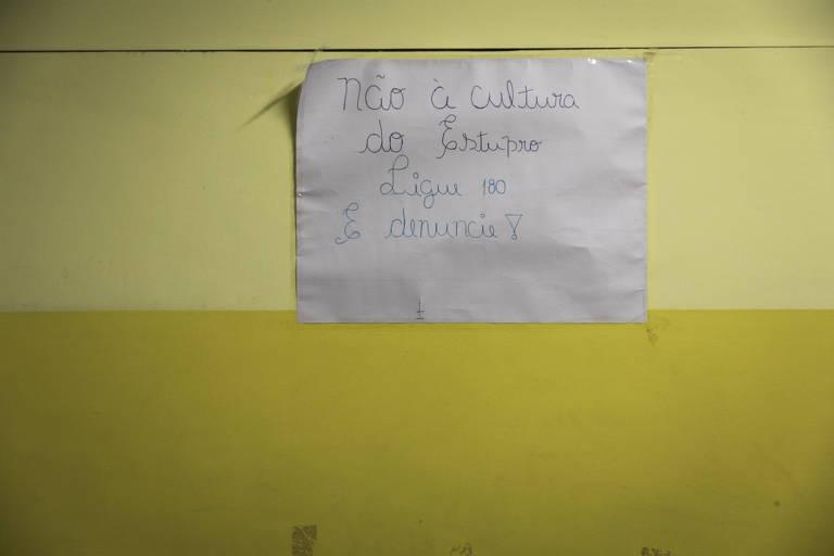 """cartaz com a frase """" Não à cultura do estupro. Ligue e denuncie"""""""