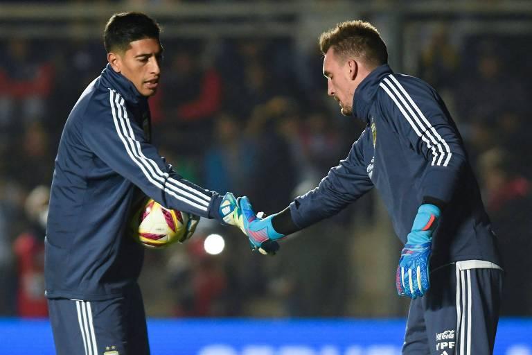 O goleiro Esteban Andrada (à esq), cortado da seleção argentina por lesão. Ele era reserva de Franco Armani (à dir.)