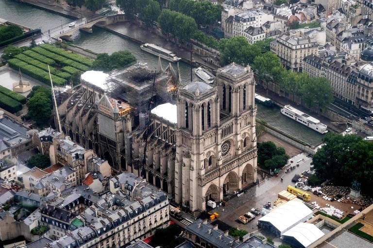 A catedral de Notre-Dame, em Paris, quase dois meses após o incêndio que destruiu o telhado da igreja