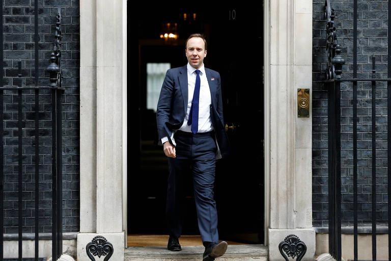 O secretário da Saúde, Matt Hancock, deixa o número 10 de Downing Street, em Londres