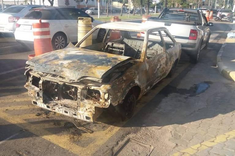 Carro que foi incendiado após manifestação no entorno da USP