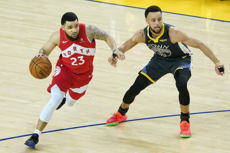 Fred VanVleet, do Toronto Raptors, enfrenta marcação de Stephen Curry, do Golden State Warriors, na partida que rendeu o título da NBA à franquia canadense