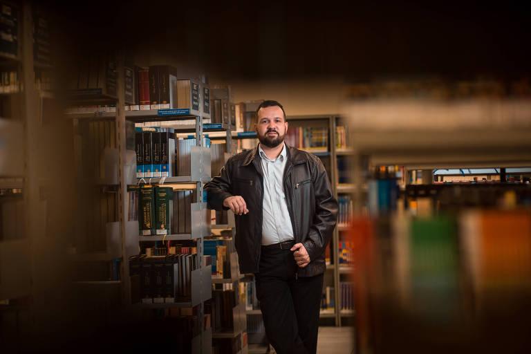 O gerente de TI Vilko Lacerda na biblioteca da PUC, onde estuda empreendedorismo e gestão