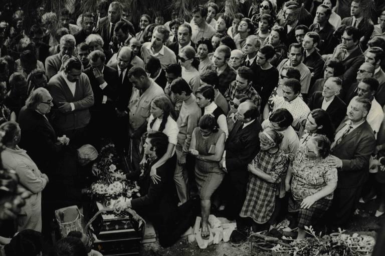 """Artistas, amigos e parentes durante o enterro de Cacilda Becker em São Paulo""""'Acervo UH - 16.mai.1969/Folhapress"""