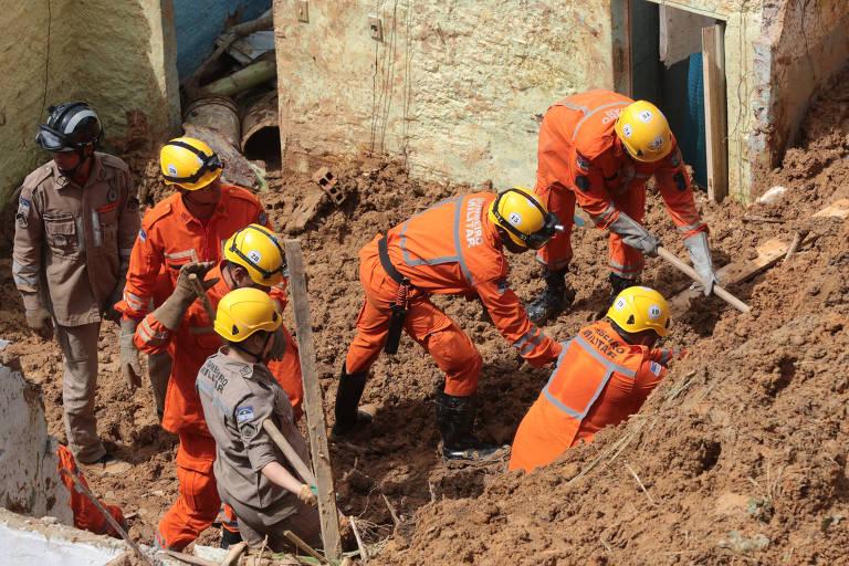 Bombeiros procuram corpos de duas crianças soterradas em Camaragibe, região metropolitana de Recife