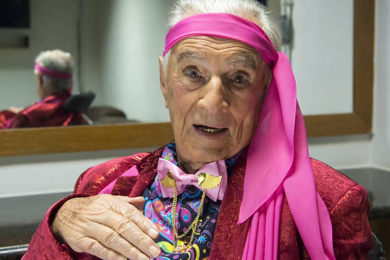 O ator Orlando Drummond, 99, revive seu personagem Seu Peru, em episódio da nova temporada de Escolinha do Professor Raimundo, da Globo