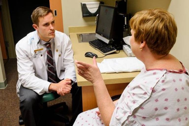 Paciente conversa com psicólogo