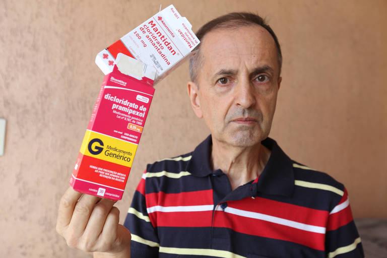 O aposentado Antonio Vieira Coelho, 66 anos, com caixa de pamiprexol nas mãos; ele conta que toma seis comprimidos todos os dias e não pode interromper o tratamento