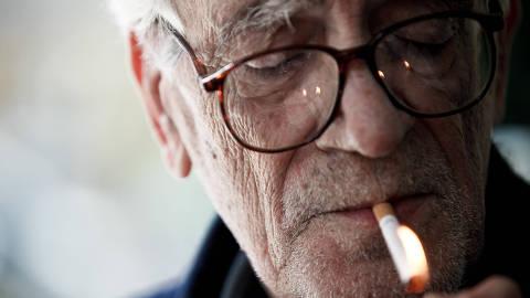 RIO DE JANEIRO, RJ, BRASIL, 20-11-2012, 14h30: Cinema: o cineasta Eduardo Coutinho acende um cigarro, durante entrevista exclusiva à Folha de S.Paulo, no Rio de Janeiro (RJ). (Foto: Daniel Marenco/Folhapress, ILUSTRADA)