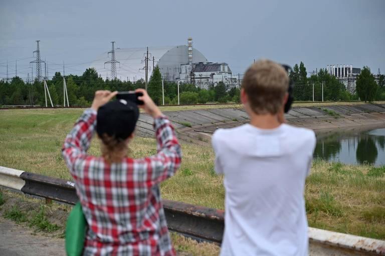 Visitantes tiram fotos durante tour em Tchérnobil