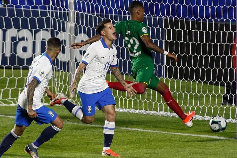 Philippe Coutinho comemora após marcar seu segundo gol na partida contra a Bolívia