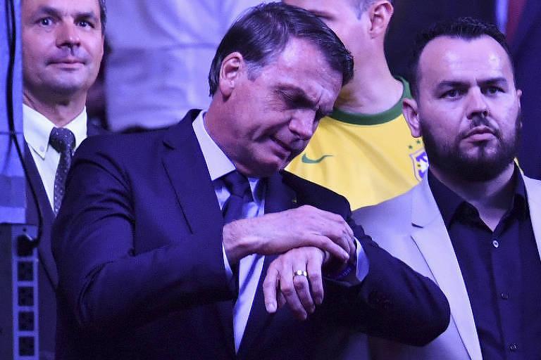 Bolsonaro consulta o relógio antes do início da partida
