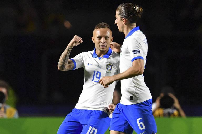 Everton comemora com Filipe Luís depois de marcar o terceiro gol da seleção brasileira