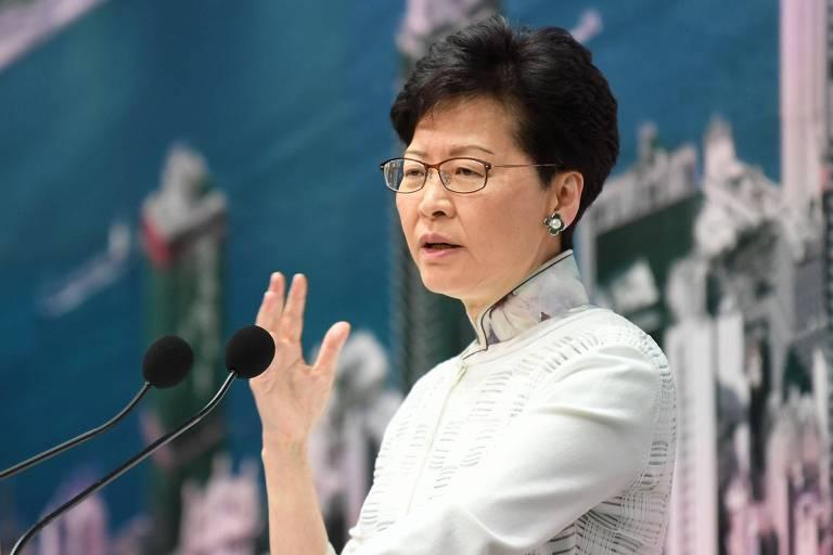 A diretora executiva de Hong Kong, Carrie Lam, fala durante uma coletiva de imprensa na sede do governo em Hong Kong neste sábado (15)