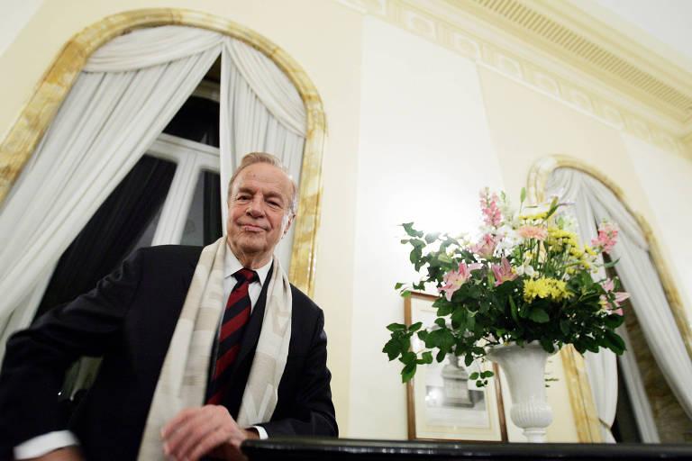 Zeffirelli tinha 96 anos e nasceu na cidade de Florença, na Itália. Em 24 de novembro de 2004, o cineasta recebeu uma medalha de cavalaria do embaixador britânico na Itália