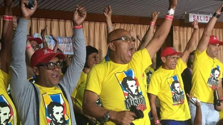 Os fãs de Diosdado Cabello ficam horas na fila para participar do programa
