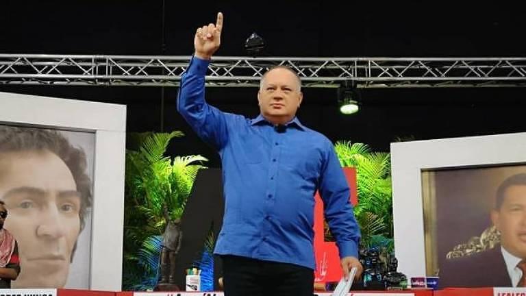 A primeira coisa que Cabello faz quando entra no palco é anunciar a hashtag do Twitter que será usada no programa