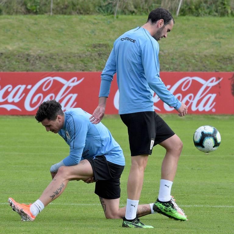 Jose Maria Gimenez (esq.) e Diego Godin durante treino da seleção uruguaia