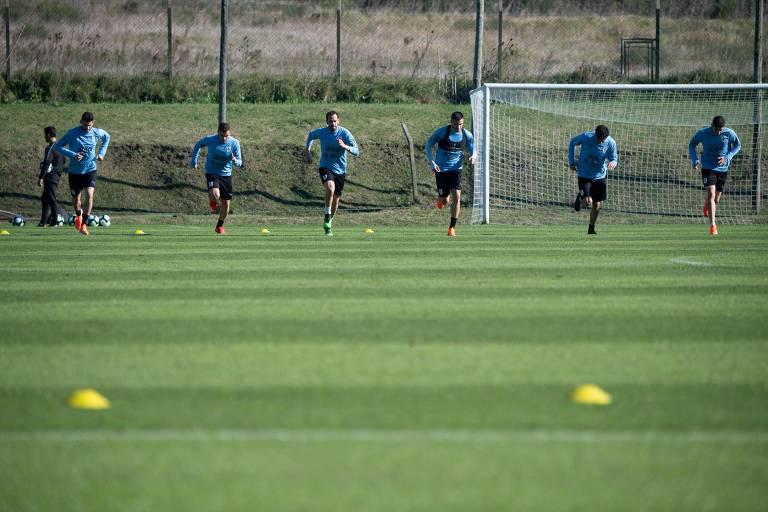 Jogadores da defesa do Uruguai (Gaston, Rodriguez, Godín, Gomez, Giménez e Valverde) treinam para a estreia da equipe na Copa América