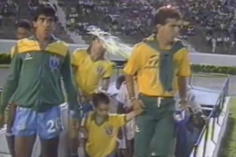 Renato Gaucho é atingido por ovada na entrada em campo para o jogo entre Brasil x Peru válido pela Copa América de 1989