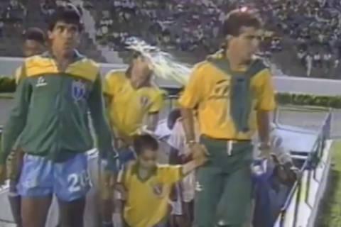 Salvador-BA 03/07/1989 - Renato Gaucho é atingido por ovada na entrada em campo para o jogo entre Brasil x Peru válido pela Copa América de 1989. Foto Reprodução/TV Globo