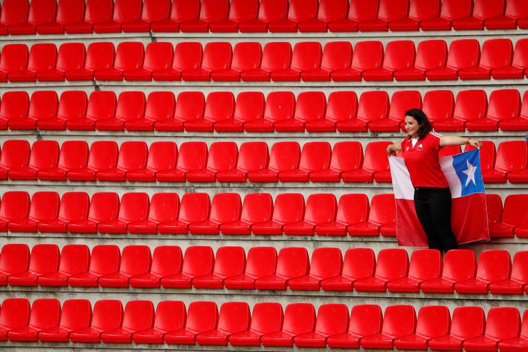 Torcedora chilena em arquibancada vazia no estádio Roazhon Park, durante partida da Copa do Mundo feminina contra a Suécia