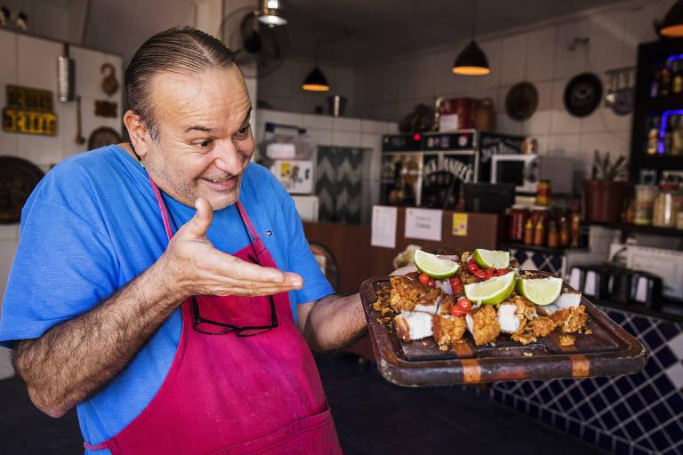 """O comerciante Valter Baldo mostra seu torresmo especial de rolo (defumado e fritado em banha de porco), após """"bombar"""" nas redes sociais"""