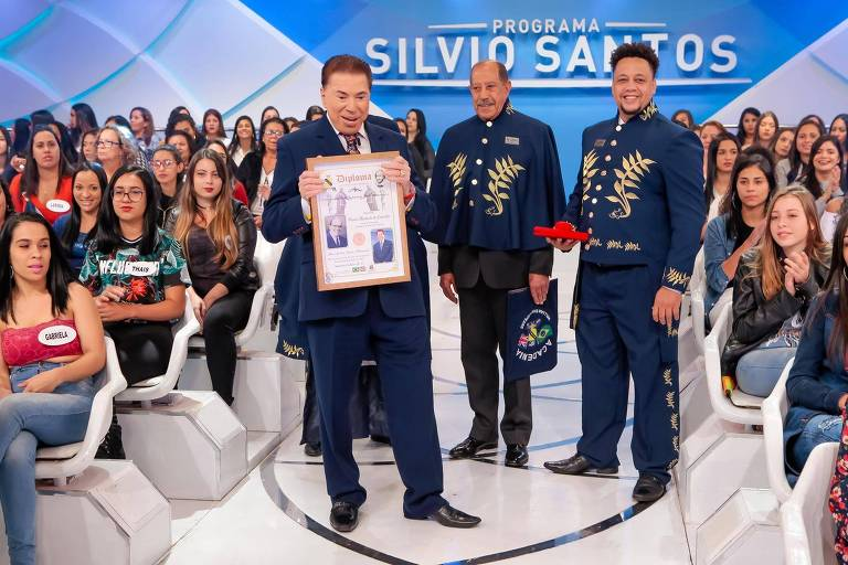 Silvio Santos recebe título
