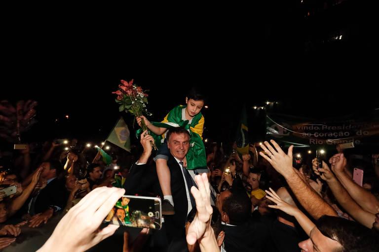 Presidente da República, Jair Bolsonaro cumprimenta apoiadores em Santa Maria