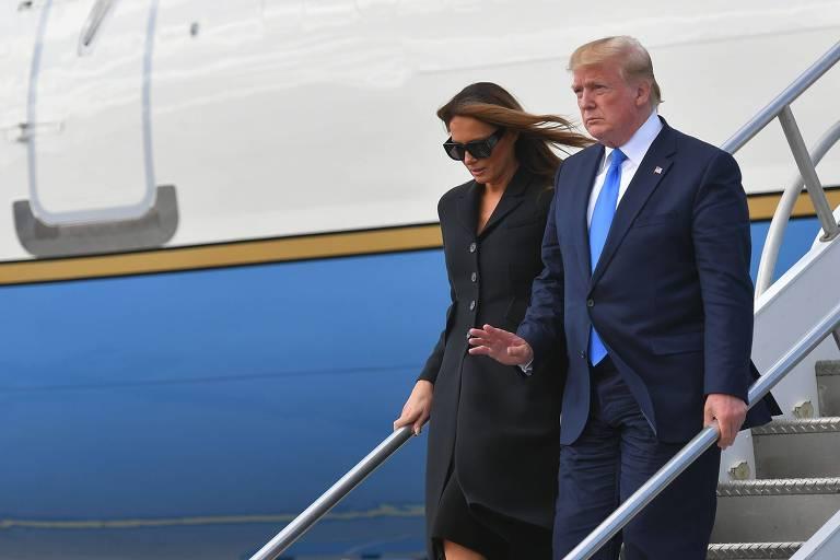O presidente Donald Trump e a primeira-dama Melania desembarcam do Air Force One para a celebração do Dia D