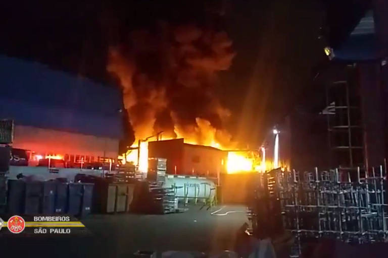 Incêndio destrói a fábrica Autometal, em São Bernardo do Campo, na Grande São Paulo, na madrugada de domingo (16)
