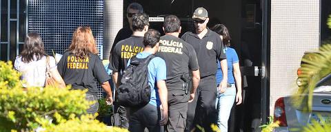 BRASILIA, DF,  BRASIL,  22/03/2016, POLÍTICA - Movimentação de agentes na Superintendência da Polícia Federal, em Brasília, na manhã desta terça-feira (22), durante a 26ª fase da Operação Lava Jato. Cerca de 380 policiais federais cumprem 110 mandados judiciais. A atual fase foi batizada de 'Xepa' e tem como um dos alvos o Grupo Odebrecht . (Foto: Renato Costa/Folhapress, PODER)