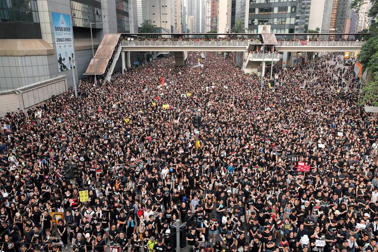 Manifestantes pedem a saída da líder de Hong Kong em protesto
