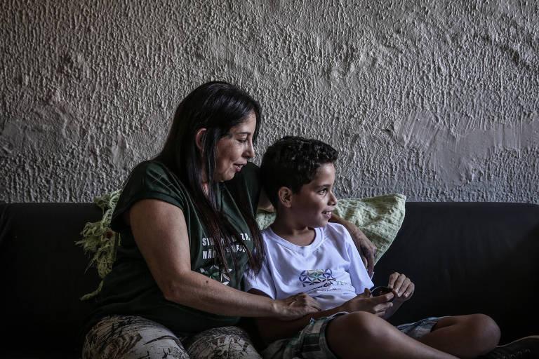 Paula Paz e o filho Daniel, de 11 anos, que é autista e usa um óleo a  base de canabidiol e THC contra crises convulsivas
