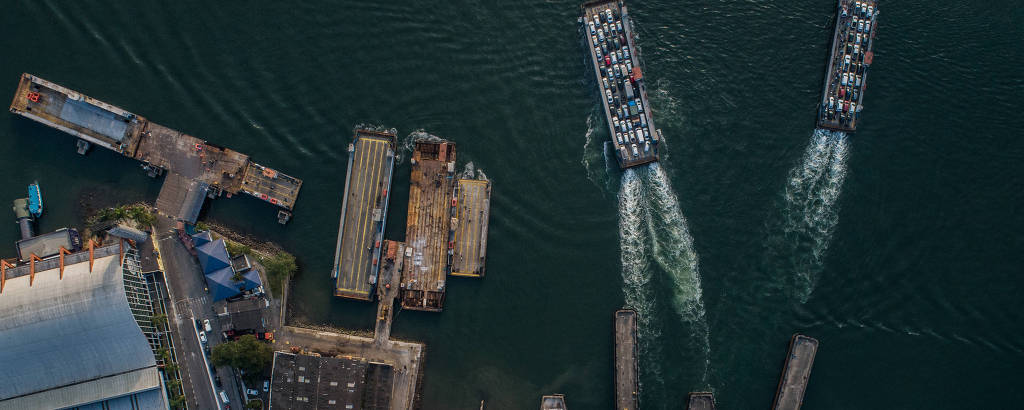 Vista aérea das balsas no estaleiro do governo estadual em Guarujá (SP); só 17 dos 68 motores das embarcações estão em bom estado