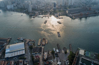 Vista aérea das balsas no estaleiro do governo estadual em Guarujá (SP)