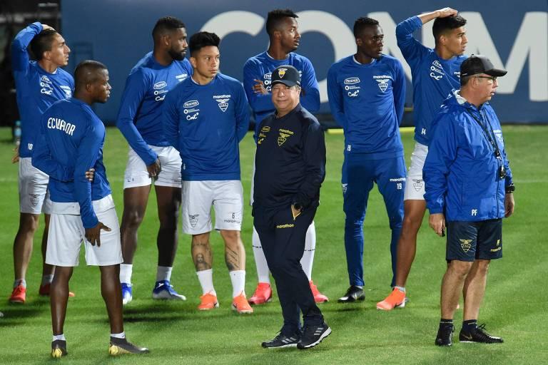 O técnico Darío Gómez, no centro, participa de treinamento com seleção do Equador, no Sesc Venda Nova, em Belo Horizonte