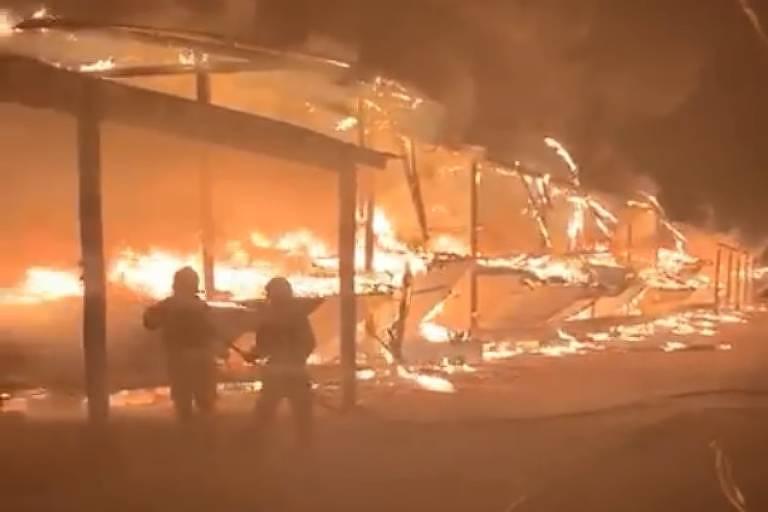 Bombeiros atuam durante incêndio em marina na Ilha das Flores, em Porto Alegre