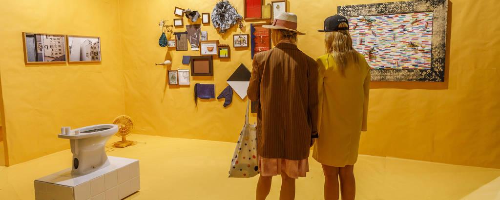 Estande da galeria brasileira A Gentil Carioca na feira Art Basel, na Suíça