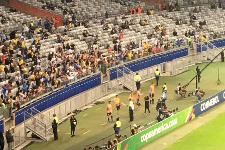 Meia uruguaio De Arrascaeta é xingado por torcedores durante aquecimento em partida contra o Equador