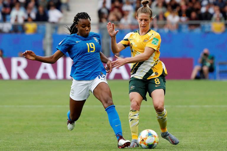 Ludmila disputa bola com jogadora da Austrália na Copa do Mundo da França
